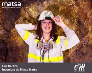 Luz Cerezo Sonriendo en el interior de una mina
